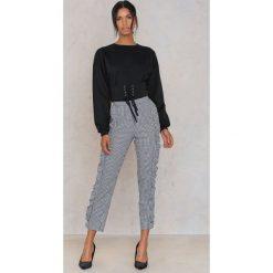 Rut&Circle Bluza z podkreśloną talią Elina - Black. Czarne bluzy damskie Rut&Circle, w paski, z bawełny. W wyprzedaży za 80,98 zł.