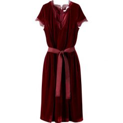 Sukienki hiszpanki: Welurowa sukienka dopasowana w talii, z ozdobną koronką