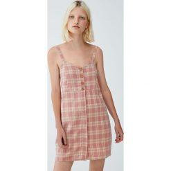 Sukienka na ramiączkach z guzikami. Czerwone sukienki na komunię Pull&Bear, na ramiączkach. Za 62,90 zł.