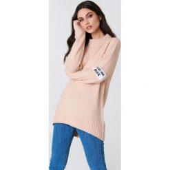 Rut&Circle Sweter Winnie - Pink. Zielone swetry klasyczne damskie marki Rut&Circle, z dzianiny, z okrągłym kołnierzem. Za 141,95 zł.