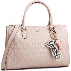 Torebka GUESS - HWSG71 81070 BLUSH. Brązowe torebki klasyczne damskie Guess, z aplikacjami, ze skóry ekologicznej. Za 699,00 zł.