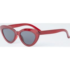 Bordowe okulary przeciwsłoneczne cat eye. Czerwone okulary przeciwsłoneczne damskie lenonki Pull&Bear. Za 49,90 zł.