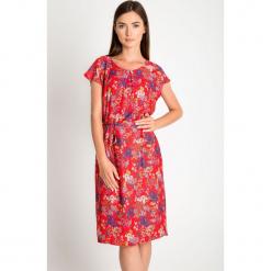 Czerwona sukienka w łączkę QUIOSQUE. Czerwone sukienki hiszpanki QUIOSQUE, na lato, z tkaniny, z krótkim rękawem, mini, oversize. W wyprzedaży za 59,99 zł.