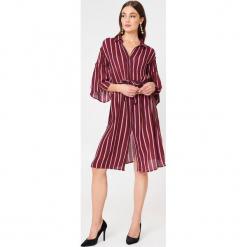 NA-KD Boho Koszulowa sukienka z falbaniastym rękawem - Pink,Red. Niebieskie sukienki boho marki NA-KD Boho, na imprezę, w koronkowe wzory, z koronki, na ramiączkach, mini. W wyprzedaży za 30,29 zł.