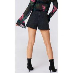 NA-KD Trend Jeansowe spodenki z wysokim stanem - Black. Czarne bermudy damskie NA-KD Trend, z bawełny, z podwyższonym stanem. Za 161,95 zł.