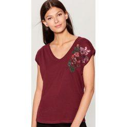 Koszulka z kwiatowym haftem - Bordowy. Czerwone t-shirty damskie marki Mohito, l, z haftami. Za 49,99 zł.