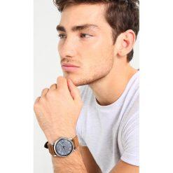 Emporio Armani Zegarek braun. Szare zegarki męskie marki Emporio Armani, l, z nadrukiem, z bawełny, z okrągłym kołnierzem. Za 839,00 zł.