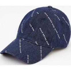 Jeansowa czapka z białym nadrukiem. Szare czapki z daszkiem męskie marki Pull & Bear, okrągłe. Za 15,90 zł.