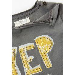 Mango Kids - T-shirt dziecięcy Yep 80-104 cm. Szare t-shirty chłopięce z nadrukiem marki bonprix, m, z dzianiny, z kontrastowym kołnierzykiem. W wyprzedaży za 29,90 zł.