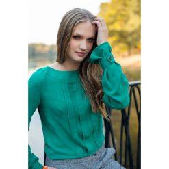 Bluzka Plisa Zielona. Zielone bluzki z odkrytymi ramionami Pakamera, w paski, z dekoltem w łódkę. Za 290,00 zł.