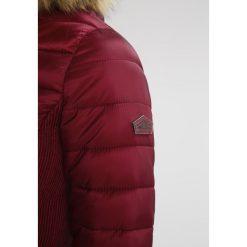 Superdry LUXE FUJI Kurtka zimowa garnet. Czerwone kurtki damskie zimowe marki Superdry, xl, z materiału. W wyprzedaży za 447,20 zł.