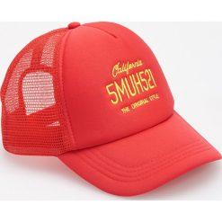 Czerwona czapka z daszkiem - Czerwony. Czerwone czapki męskie Reserved. W wyprzedaży za 19,99 zł.