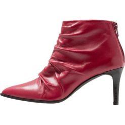 Paco Gil CLAIRE Ankle boot rodas. Czerwone botki damskie na zamek Paco Gil, z materiału. Za 879,00 zł.