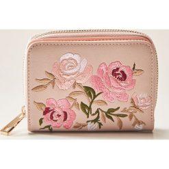 Portfel z kwiatowym haftem - Różowy. Czerwone portfele damskie House, z haftami. Za 39,99 zł.