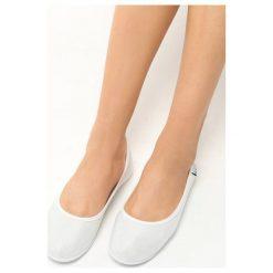 Białe Baleriny Vulpine. Białe baleriny damskie marki bonprix, ze skóry. Za 29,99 zł.