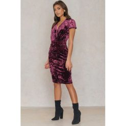 Sukienki: NA-KD Party Aksamitna sukienka z głębokim dekoltem – Pink,Purple