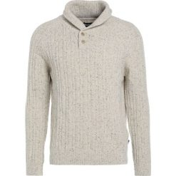 Barbour HASKIER  Sweter neutral. Białe swetry klasyczne męskie Barbour, m, z bawełny. W wyprzedaży za 405,30 zł.
