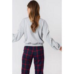 Swetry klasyczne damskie: NA-KD Sweter z perłami na rękawach – Grey