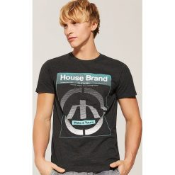 T-shirt Szary. Czarne t-shirty męskie marki House, l, z nadrukiem. Za 35,99 zł.
