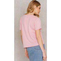 T-shirty damskie: Statement By NA-KD Influencers T-shirt Linn Ahlborg – Pink