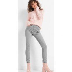 Dopasowane jeansy. Czarne jeansy damskie marki Orsay, xs, z bawełny, z dekoltem na plecach. Za 99,99 zł.