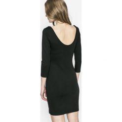 Answear - Sukienka Sporty Fusion. Czarne sukienki dzianinowe marki ANSWEAR, na co dzień, l, casualowe, z okrągłym kołnierzem, mini, dopasowane. W wyprzedaży za 69,90 zł.
