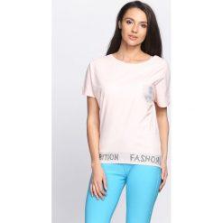 Jasnoróżowy T-shirt Fashion. Czerwone bluzki damskie marki Born2be, l. Za 39,99 zł.