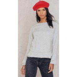 Rut&Circle Sweter z falbaną Andrea - Grey. Szare swetry klasyczne damskie marki Vila, l, z dzianiny, z okrągłym kołnierzem. W wyprzedaży za 48,78 zł.
