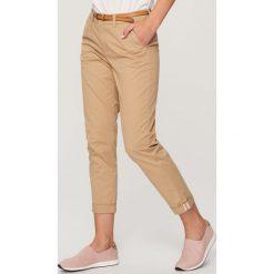 Spodnie chino - Beżowy. Brązowe spodnie chłopięce marki Reserved. W wyprzedaży za 29,99 zł.