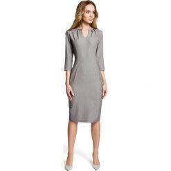 SIMONA Ołówkowa sukienka z przeszyciem po środku i zakładkami przy dekolcie - szara. Szare sukienki z falbanami marki Moe, do pracy, biznesowe, ołówkowe. Za 179,90 zł.