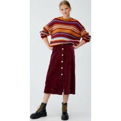 Sztruksowa spódnica midi z guzikami. Szare spódniczki Pull&Bear, ze sztruksu, midi. Za 69,90 zł.