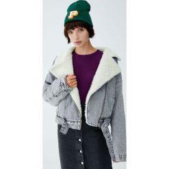 Krótka kurtka jeansowa ze sztucznym barankiem. Czarne kurtki damskie jeansowe marki Pull&Bear. Za 199,00 zł.