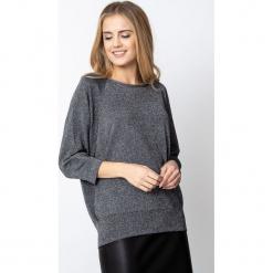Srebrny sweter z rękawami typu nietoperz QUIOSQUE. Szare swetry klasyczne damskie QUIOSQUE, ze splotem, z kopertowym dekoltem. Za 159,99 zł.