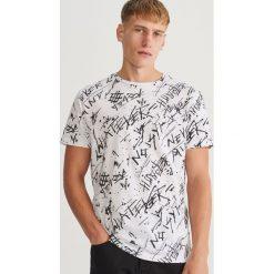 T-shirt z nadrukiem - Biały. Białe t-shirty męskie z nadrukiem marki Reserved, l. Za 49,99 zł.