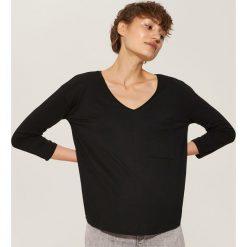Bluzki damskie: Bluzka z kieszenią - Czarny
