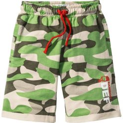 Bermudy dresowe z nadrukiem bonprix zielony wzorzysty. Zielone dresy chłopięce bonprix, z nadrukiem, z dresówki. Za 37,99 zł.