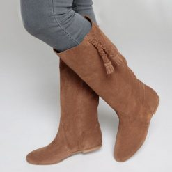 Skórzane kozaki z pomponami. Brązowe buty zimowe damskie La Redoute Collections, z materiału, z okrągłym noskiem, na obcasie. Za 793,80 zł.
