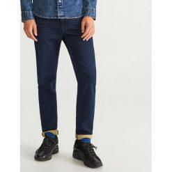 Jeansy slim fit dzianinowe - Granatowy. Niebieskie jeansy męskie relaxed fit Reserved. Za 149,99 zł.