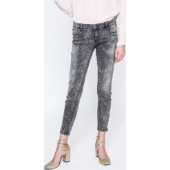 Vero Moda - Jeansy Five. Szare rurki damskie Vero Moda, z bawełny, z obniżonym stanem. W wyprzedaży za 69,90 zł.