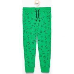 Spodnie dresowe we wzory - Zielony. Brązowe dresy chłopięce marki bonprix, melanż, z dresówki. Za 39,99 zł.