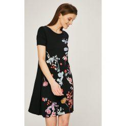 Desigual - Sukienka. Szare sukienki dzianinowe marki Desigual, na co dzień, m, z nadrukiem, casualowe, z okrągłym kołnierzem, mini. W wyprzedaży za 239,90 zł.