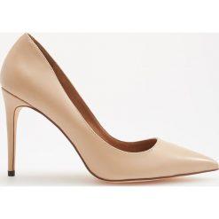 Skórzane czółenka na wysokim obcasie - Kremowy. Białe buty ślubne damskie marki Reserved, na wysokim obcasie. Za 249,99 zł.