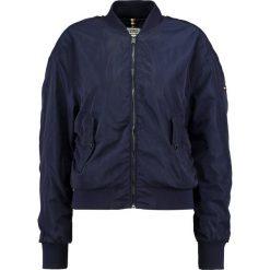 Tommy Jeans ESSENTIAL Kurtka Bomber dress blues. Niebieskie bomberki damskie marki Tommy Jeans, l, z jeansu. W wyprzedaży za 389,35 zł.