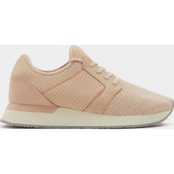 Różowe buty sportowe z siateczką. Czerwone botki damskie marki Pull&Bear, sportowe. Za 49,90 zł.