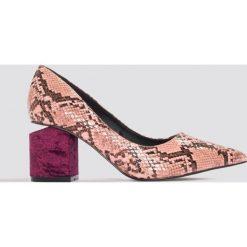 Czółenka: NA-KD Shoes Wężowe czółenka z wycięciem w obcasie - Pink,Purple