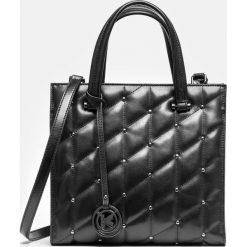 Czarna torebka damska. Czarne torebki klasyczne damskie marki Kazar, w paski, ze skóry, duże, pikowane, z breloczkiem. Za 849,00 zł.
