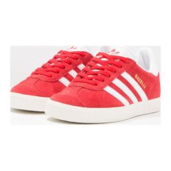 Adidas Originals GAZELLE C Tenisówki i Trampki scarlet/white/gold metallic. Czerwone trampki dziewczęce marki adidas Originals, z materiału, klasyczne. W wyprzedaży za 183,20 zł.