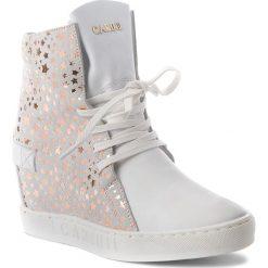 Sneakersy CARINII - B3519 G34-L70-000-B88. Białe sneakersy damskie Carinii, z materiału. W wyprzedaży za 249,00 zł.