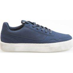 Sportowe buty - Granatowy. Białe buty sportowe męskie marki Reserved, na wysokim obcasie. W wyprzedaży za 99,99 zł.