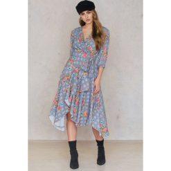 Trendyol Sukienka w kwiaty - Grey,Multicolor. Szare sukienki asymetryczne Trendyol, w kwiaty, z asymetrycznym kołnierzem. W wyprzedaży za 60,89 zł.